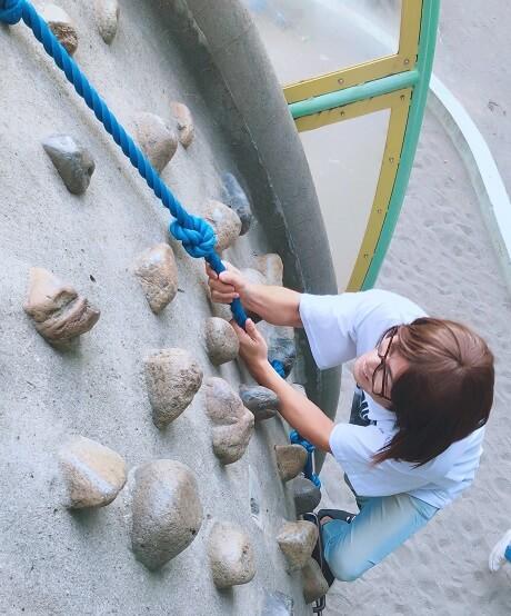 ボルダリング風の遊具を登るみきを