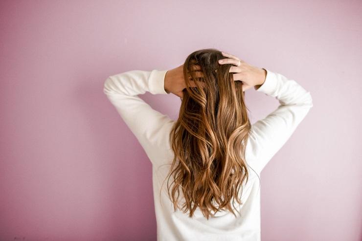 頭皮と髪のべたつき原因は皮脂の分泌?このシャンプーでいいの?